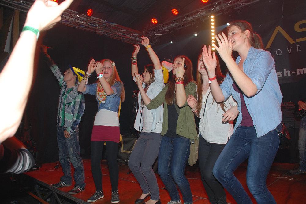Partystimmung auch auf der Bühne beim Hallenfest Atzbach