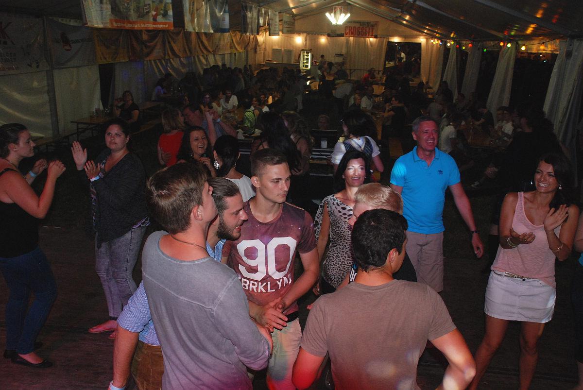 Volle Tanzfläche am Teichfest Holzhausen