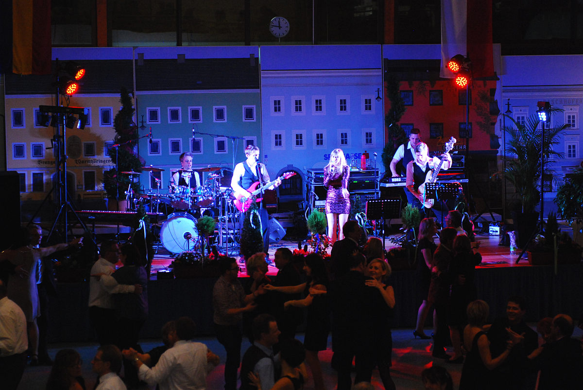 Volle Tanzfläche und beste Stimmung am Stadtball Altheim 2016 mit der Tanzband Flash