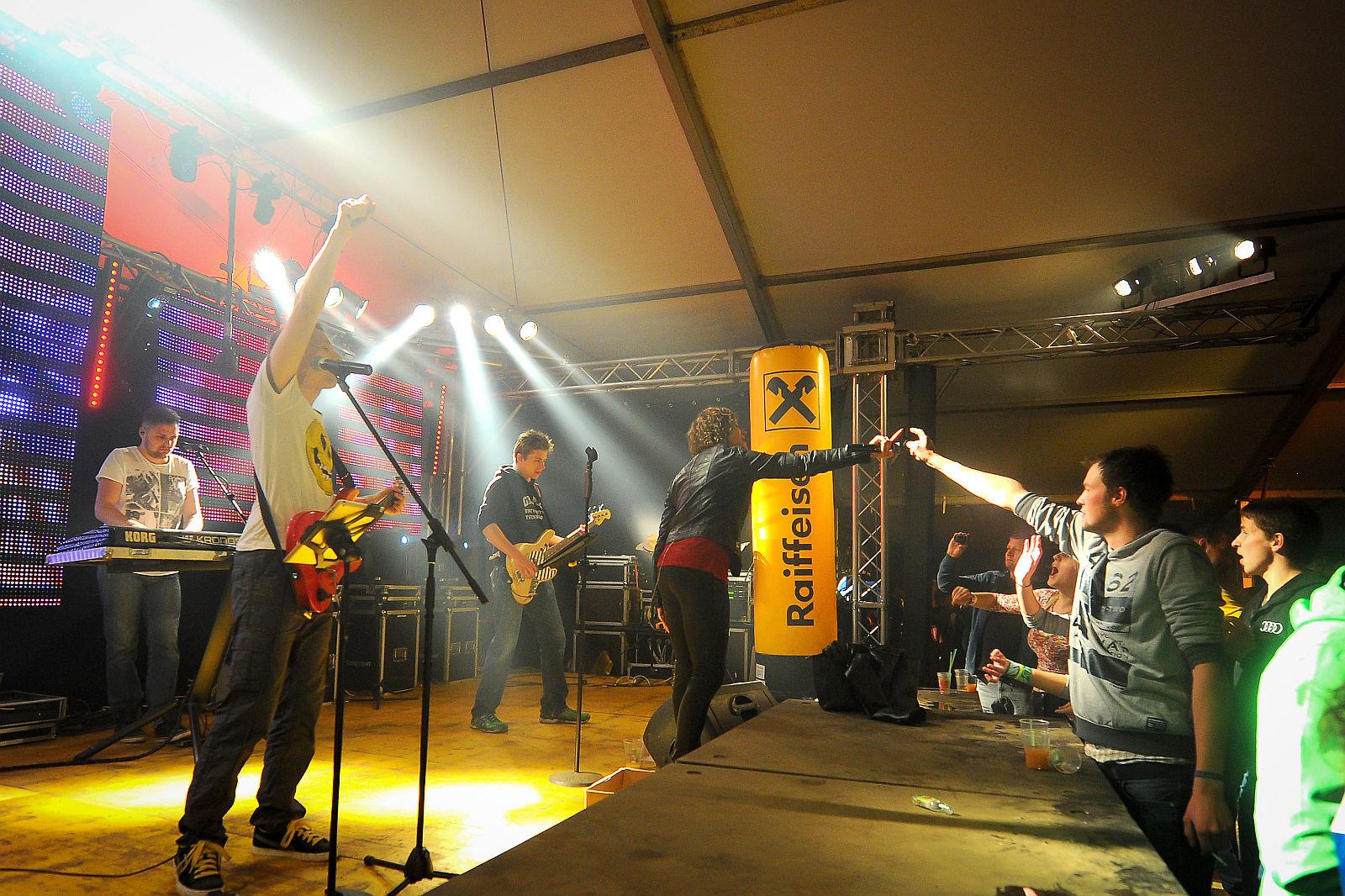 Eine Band direkt oder über eine Musikagentur / Eventagentur buchen?