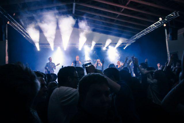 Publikum und Band bei einem Zeltfest
