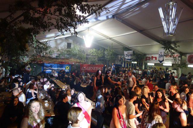 Jugendschutz bei einem Zeltfest: volles Zelt mit jugendlichen Besuchern