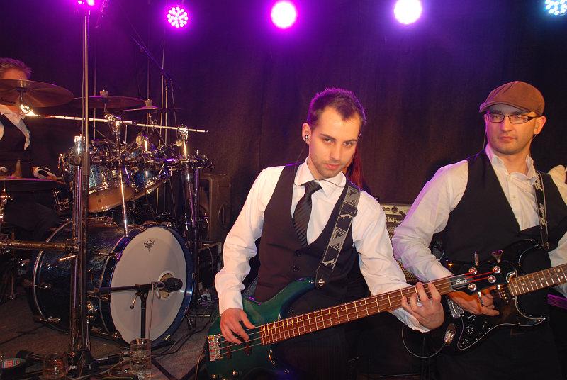 Bassist Michael und Gitarrist Stefan beim Auftritt am Kirchhamer Ball 2013