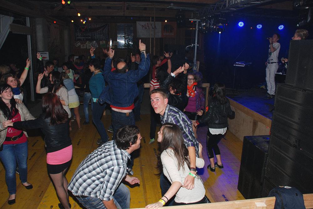 Partystimmung auf der Tanzfläche beim Hüttenfest in Riedersdorf