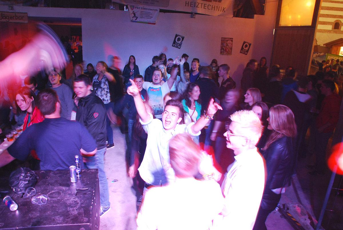 Bombenstimmung auf der Tanzfläche beim Auftritt der Coverband Flash am Wedafest in Aschach/Steyr