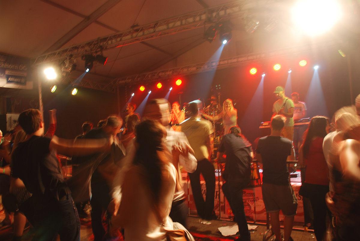 Volle Tanzfläche und beste Stimmung bei Selker Brennhoas 2015