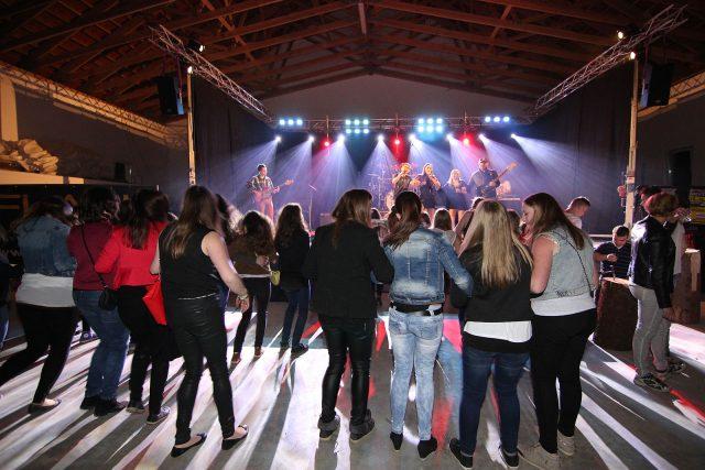 Blick auf die Tanzfläche bei einem Feuerwehrfest